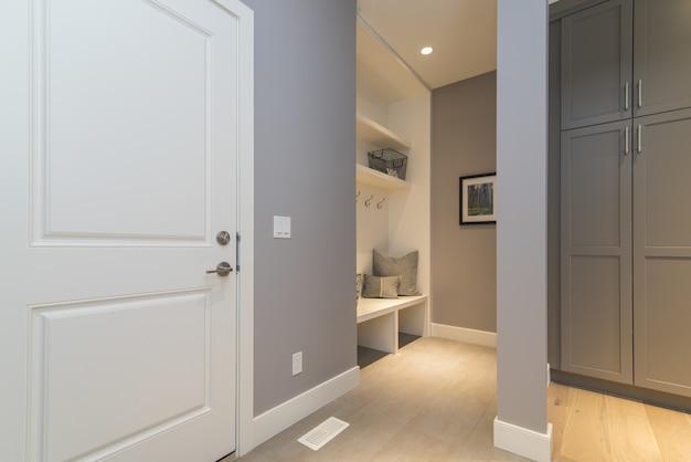 Внутренняя съемка современной домашней комнаты одежды Бесплатные Фотографии