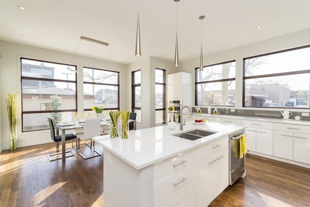큰 창문이있는 현대 집 부엌의 인테리어 샷 무료 사진
