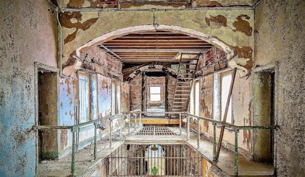 ペンシルベニア州フィラデルフィアの東州立刑務所の内部ショット 無料写真