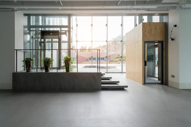 Внутреннее пространство офисного здания Premium Фотографии