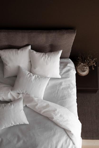 Интерьер с кроватью и цветными стенами Premium Фотографии