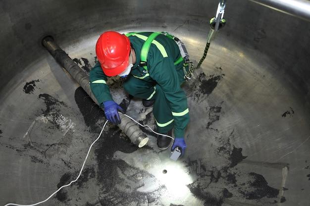 内部産業ボイラー検査、労働者はその修理中にボイラーの中にいます。 Premium写真