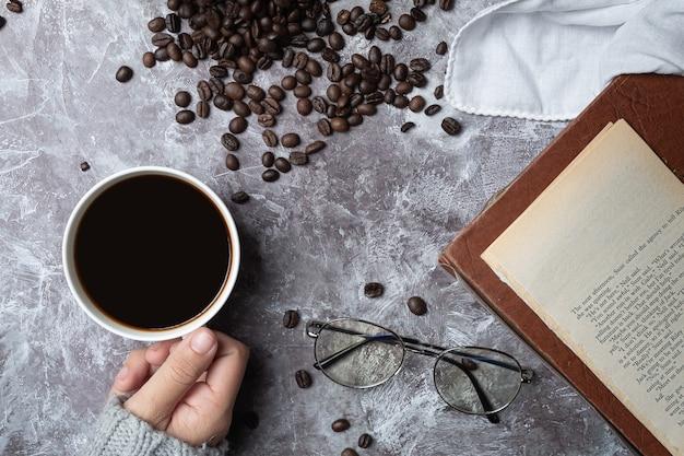 コーヒーカップを保持している国際的なコーヒーの日の概念の女性 無料写真