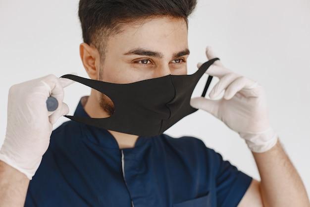 国際医学生。青い制服を着た男。マスクの医者。 無料写真
