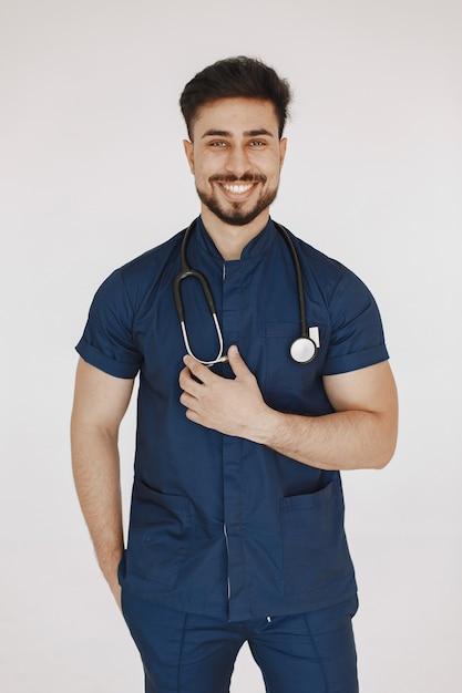 国際医学生。青い制服を着た男。聴診器を持つ医師。 無料写真