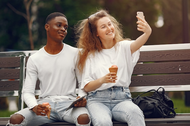 Студенты-межрасовые веселятся и весело смеются в парке Бесплатные Фотографии