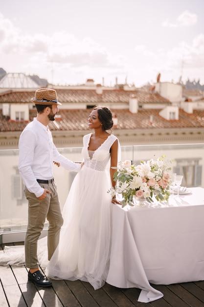 異人種間の結婚式のカップル。イタリア、フィレンツェのデスティネーションファインアートウェディング Premium写真