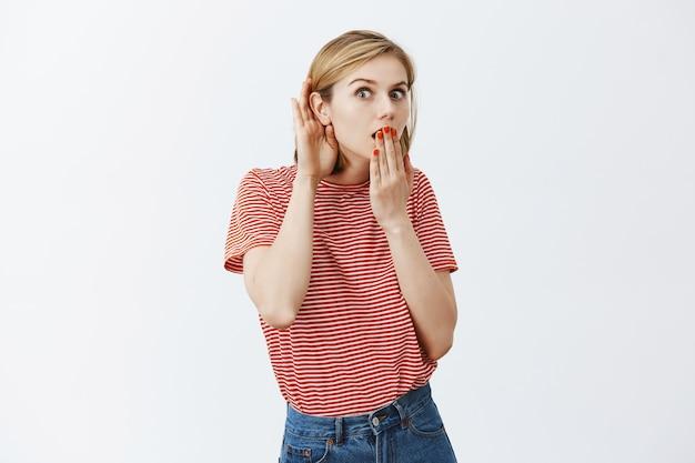 興味をそそられる少女の盗聴、驚きからのあえぎ、興味深い噂を聞く 無料写真