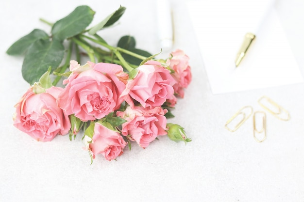 Invitation card with bouquet of pink roses Premium Photo