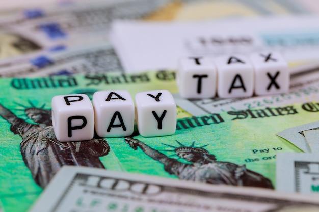 Форма налоговой декларации irs 1040 с валютой банкноты доллара сша закрыть pay tax Premium Фотографии