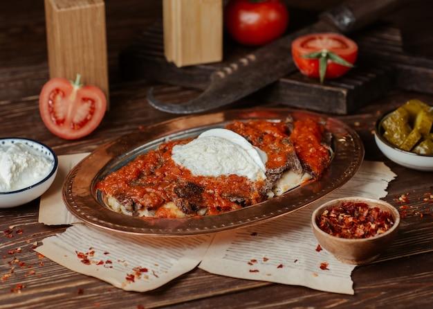 Iskender kebab with tomato sauce and yogurt cream Free Photo