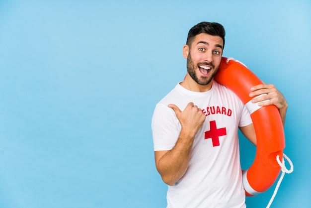 Молодой красавец спасатель isoalted точек с пальца пальца прочь, смех и беззаботный. Premium Фотографии
