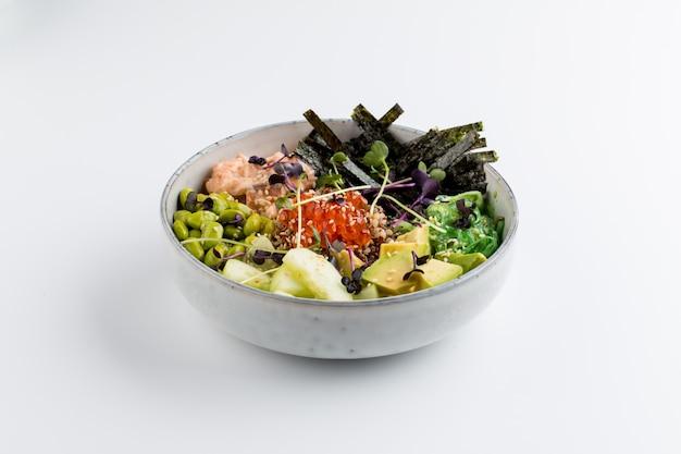 孤立したアジアのポークボウルアボカド卵ノリ Premium写真