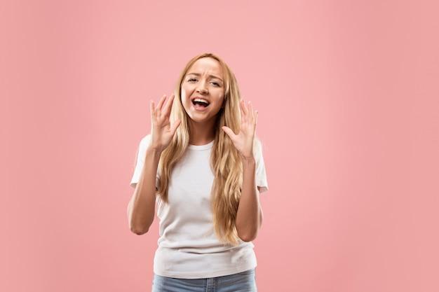 スタジオで叫んでいるピンクの若いカジュアルな女性に分離 無料写真