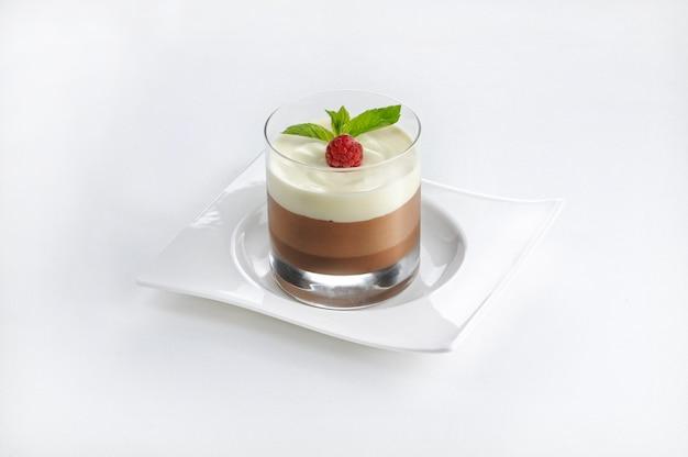 Изолированная съемка шоколадного десерта в стекле Бесплатные Фотографии