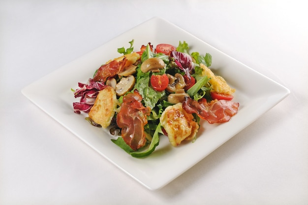 チキンとベーコンのサラダプレートの分離ショット-フードブログやメニューの使用に最適 無料写真