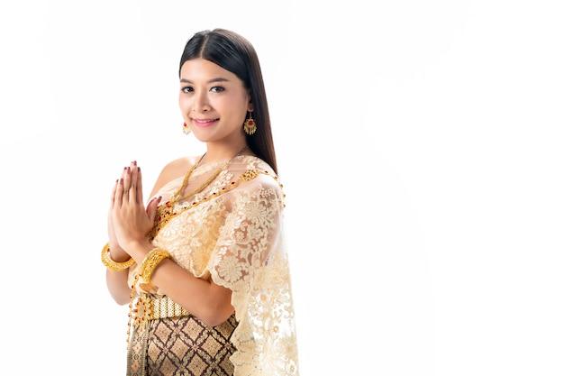 Красивая женщина платить уважение в национальном традиционном костюме таиланда. isotate на белом фоне. Premium Фотографии
