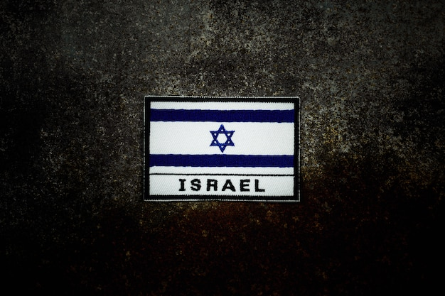 Флаг израиля на ржавый заброшенный металлический пол в темноте. Premium Фотографии