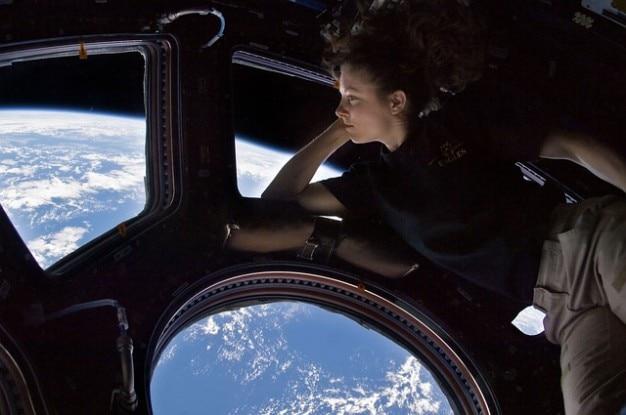 国際宇宙ステーションissの宇宙飛行士キューポラ 無料写真