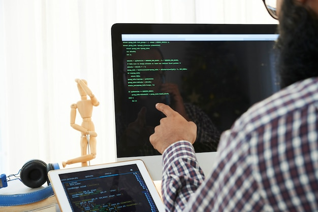 It engineer analyzing code Free Photo