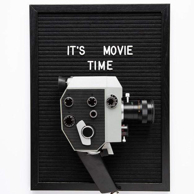 ヴィンテージ映画カメラの上の映画の時間のレタリングです 無料写真