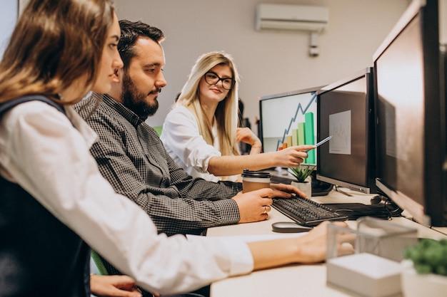 コンピューターで作業しているit会社の労働者 無料写真
