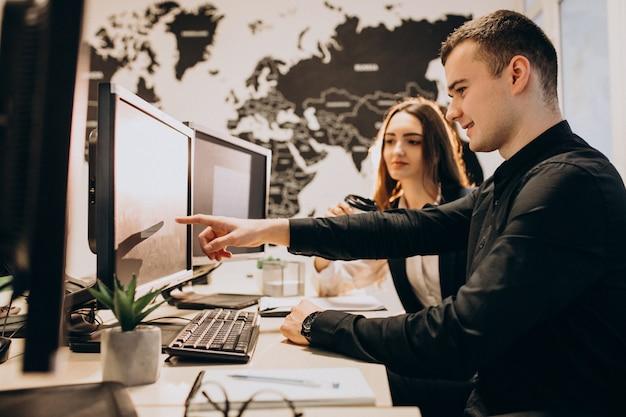 Работники it-компании, работающие на компьютере Бесплатные Фотографии