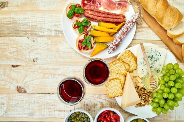 Итальянские закуски для вина. антипасто блюдо с питанием Premium Фотографии
