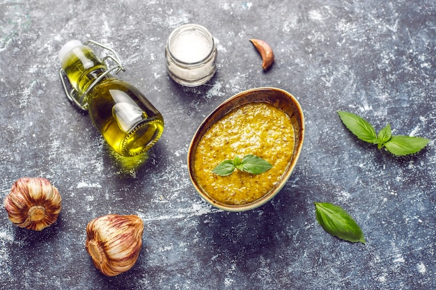 イタリアのバジルペストソースと料理の食材。 無料写真