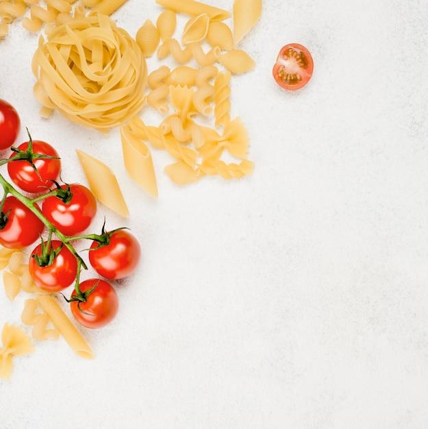 コピースペース付きのイタリアンパスタとトマト 無料写真