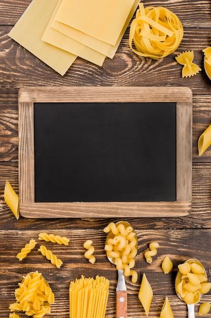 黒板とスプーンでイタリアンパスタ 無料写真