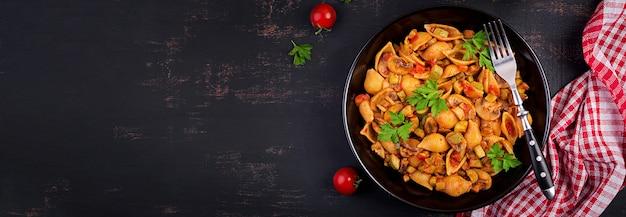 Итальянская паста с грибами, цуккини и томатным соусом Бесплатные Фотографии
