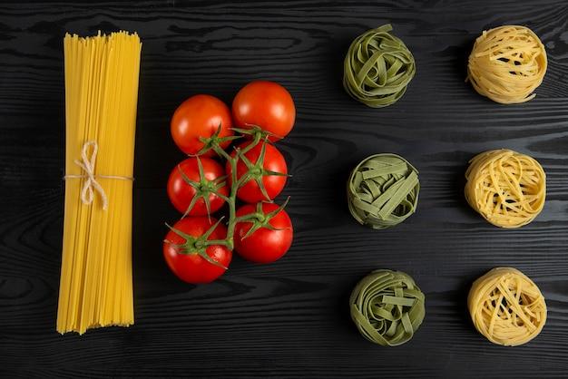 黒いテーブルの上のトマトのイタリアンパスタ品種 無料写真