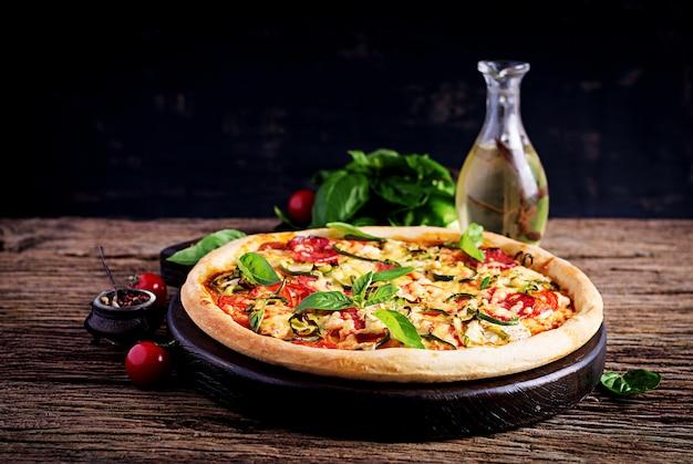 チキン、サラミ、ズッキーニ、トマト、ハーブ入りイタリアンピザ Premium写真