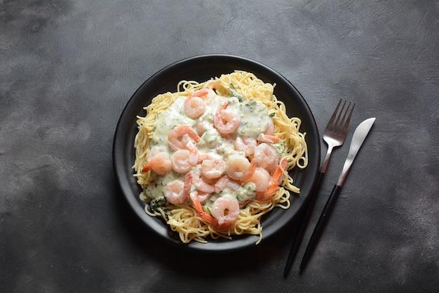 Итальянские спагетти с креветками и сливочным соусом Premium Фотографии