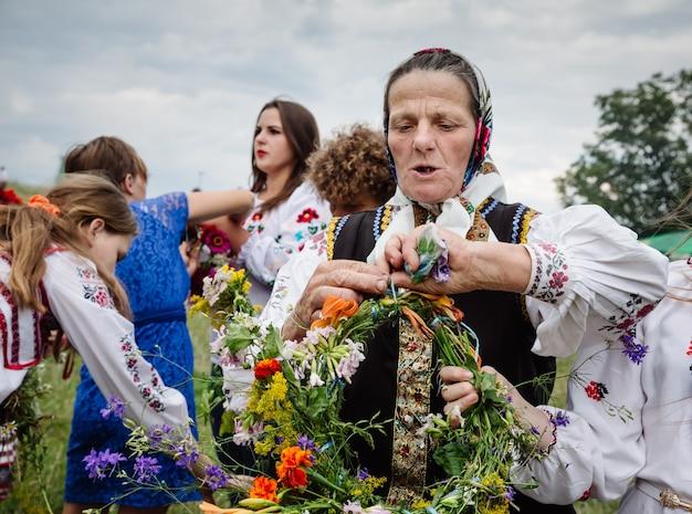 イヴァンクパラナイト、別名イヴァンクパラデー古代異教の起源のスラブの祭典で、夏至の終わりと収穫の始まり-真夏 Premium写真