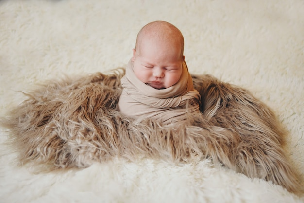 バスケットで寝ている毛布に包まれた生まれたばかりの赤ちゃん。小児期、医療、ivf。 Premium写真