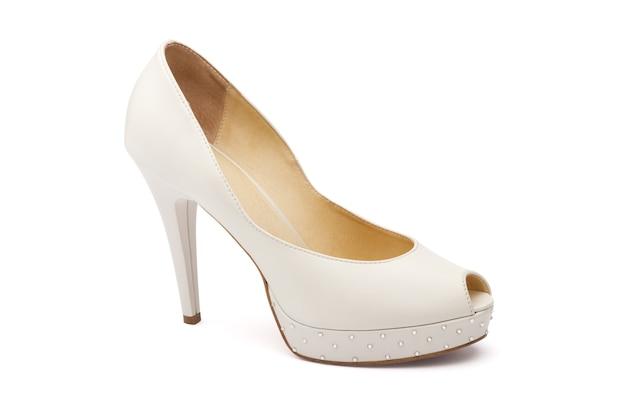 Женская свадебная обувь цвета слоновой кости, изолированные в белом Premium Фотографии