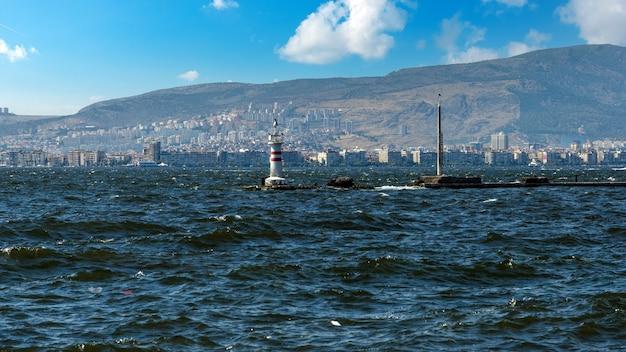 トルコ、イズミル-近代的な建物と船のある海岸沿いの街並み。トルコ、イズミル市の中心部 Premium写真