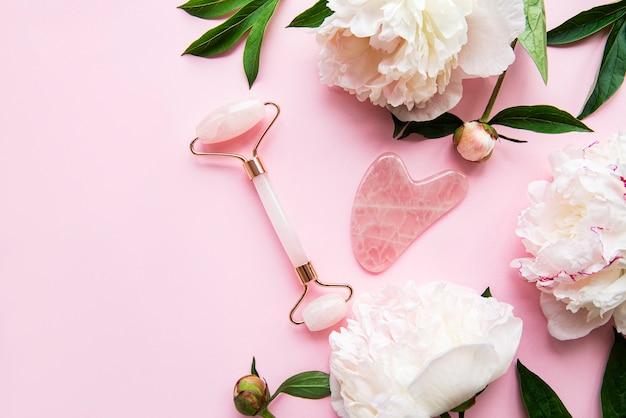 美容フェイシャルマッサージ療法のための翡翠のフェイスローラー Premium写真