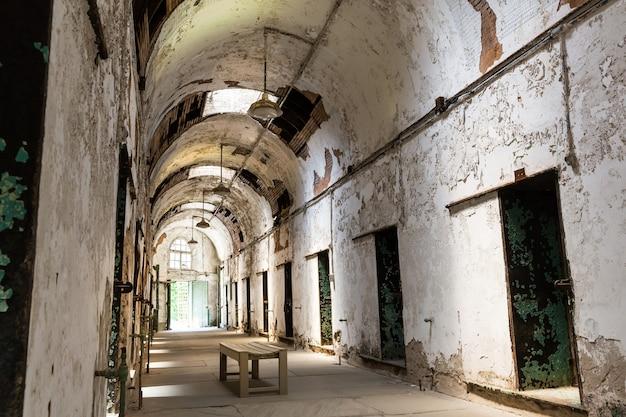 Коридор тюрьмы с запертыми дверями. Premium Фотографии