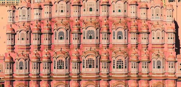 Джайпур, индия - 20 января 2020 года. вид на хава-махал (дворец ветров) в джайпуре, индия. хава-махал - одна из выдающихся туристических достопримечательностей города джайпур. Premium Фотографии