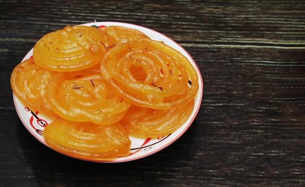 Jalebi индийская сладость в деревянном столе Premium Фотографии