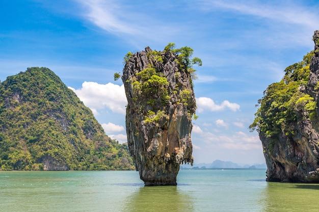 Остров джеймса бонда в заливе панг нга, таиланд Premium Фотографии