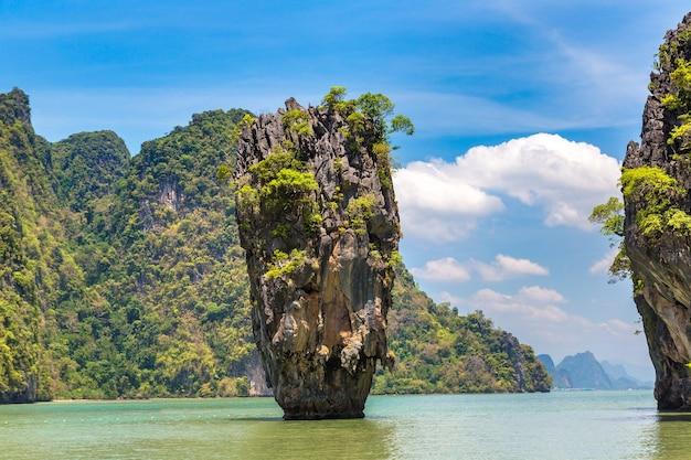 Остров джеймса бонда в заливе панг нга Premium Фотографии