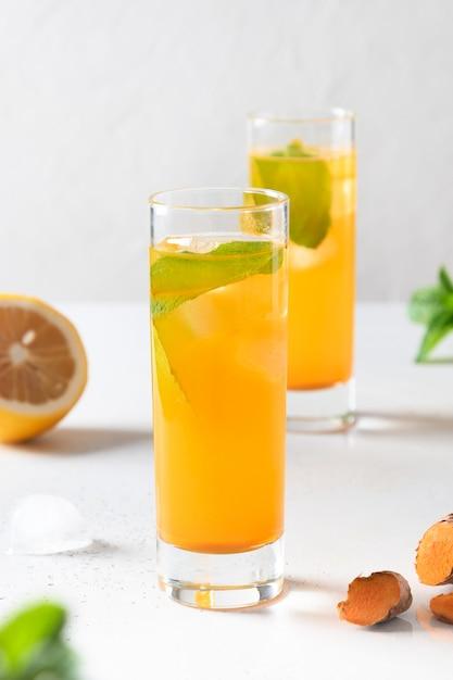 天然成分ウコン、生姜、レモン白い背景の上でジャムインドネシアハーブ飲料。閉じる。 Premium写真
