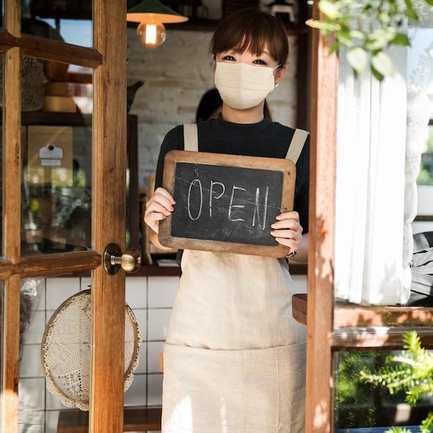 Donna barista giapponese in maschera facciale al caffè Foto Gratuite