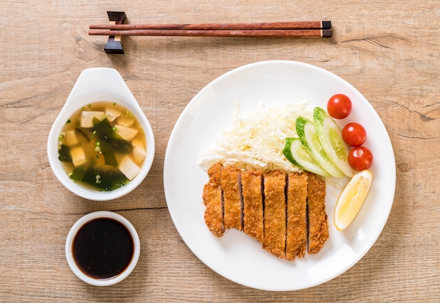Japanese deep fried pork cutlet (tonkatsu set) Premium Photo