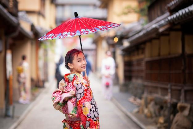 Прогулка японской девушки на старом рынке киото Premium Фотографии