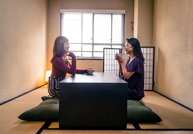 Japanese mom and daughter in a traditional apartment Premium Photo